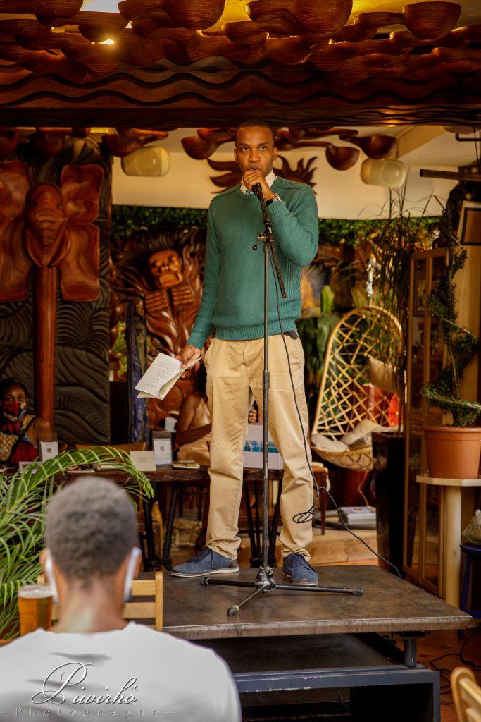 scène poésie homme bar spectacle