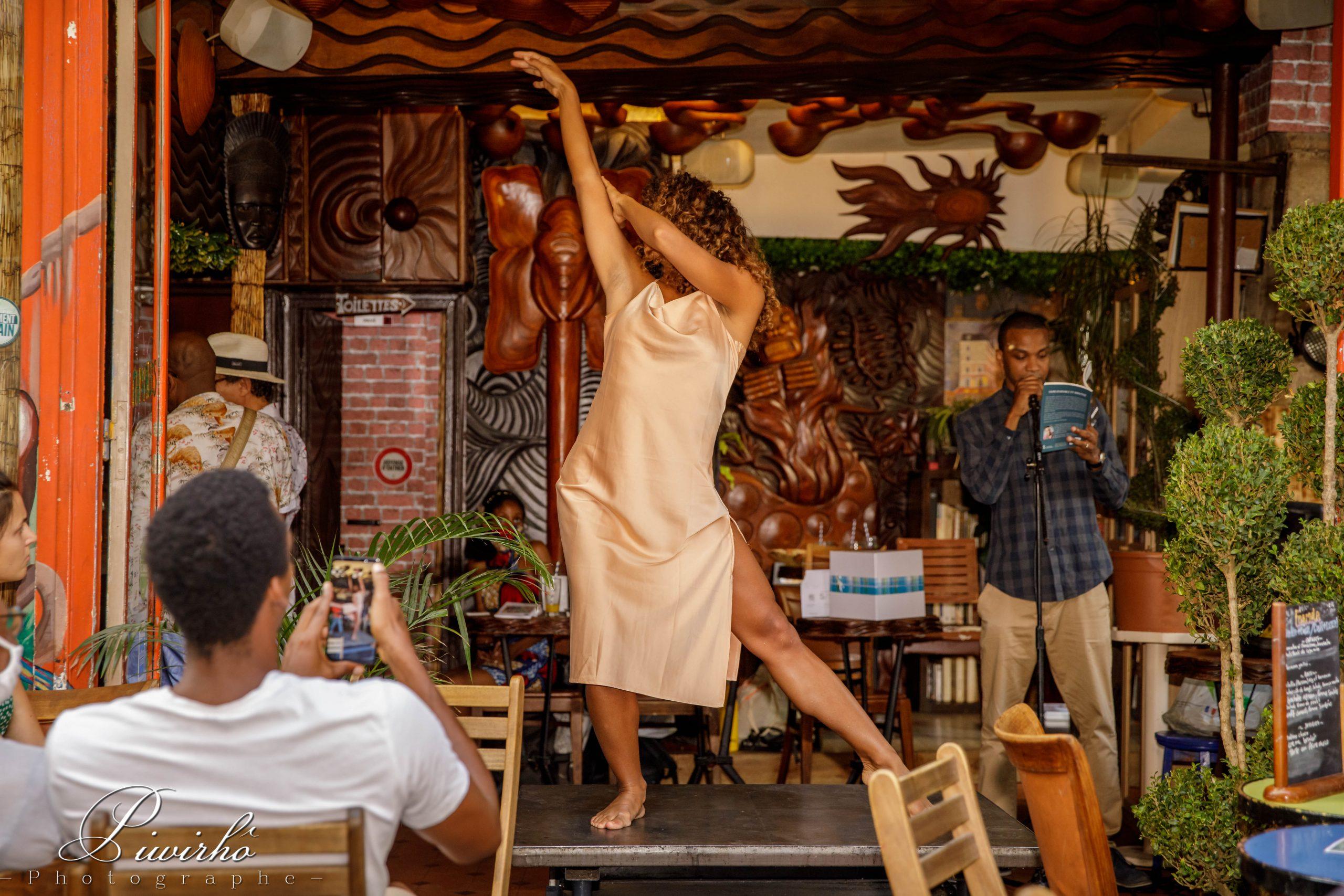 scène poésie homme bar spectacle femme danse